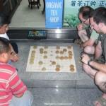 zusammen mit einem Kollegen habe ich es mir angeignet. Hier spielen wir mit Einheimischen vor einer Apotheke. Was für ein Spaß!