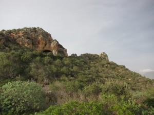 Links die Höhle, rechts der Gipfel