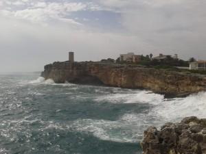Porto Cristo, Blick vom Leuchtturm zum Torre del Serral dels Falcons