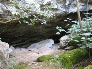 Cova Genovesa, Blick von der Senke zum Eingang der Höhle