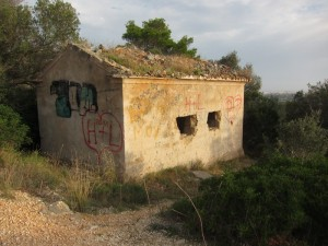 An diesem verlassenen Haus biegt man rechts zum großen Bunker ab