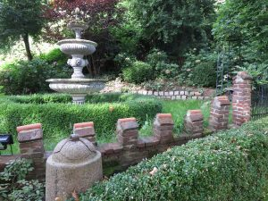Garten mit Weinberg im Hintergrund