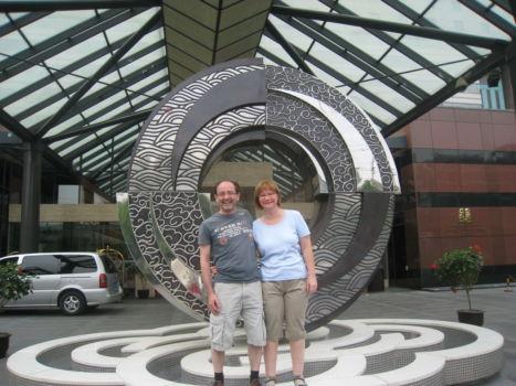 Iris und Ich vor unserem Hotel: Kempinski Peking
