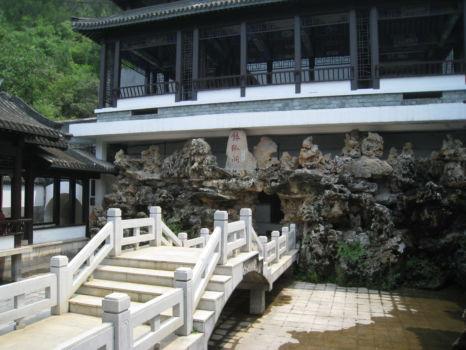 Eingangsbereich: hinten links gehts nach unten