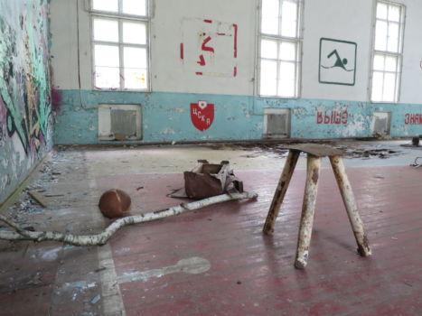 Turnhalle den Resten eines Bocks und einem aufgeplatzten Medizinball