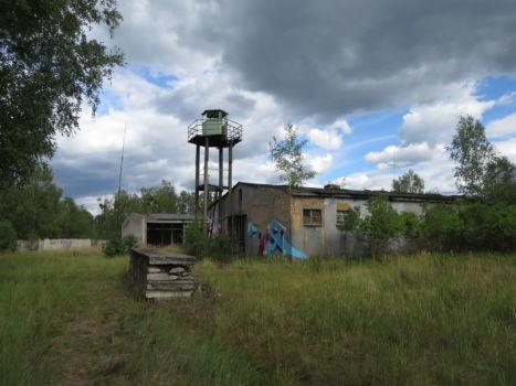 Wachturm mit Baracke