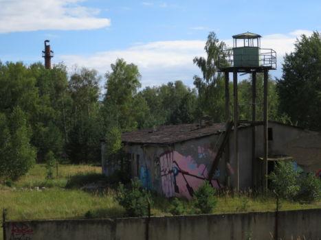 Wachturm mit Schornstein im Hintergrund